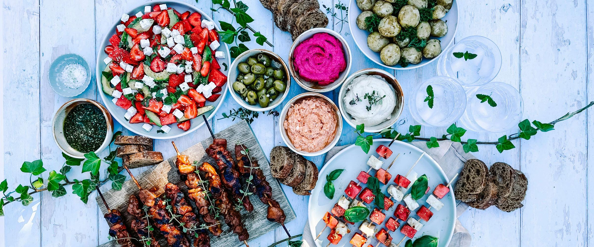 """Intet siger """"sommermad"""" som en tændt grill! Karolines Køkken® byder velkommen til masser af inspiration til grillmaden lige fra appetizers til dessert. Klik her og find inspiration 👈"""