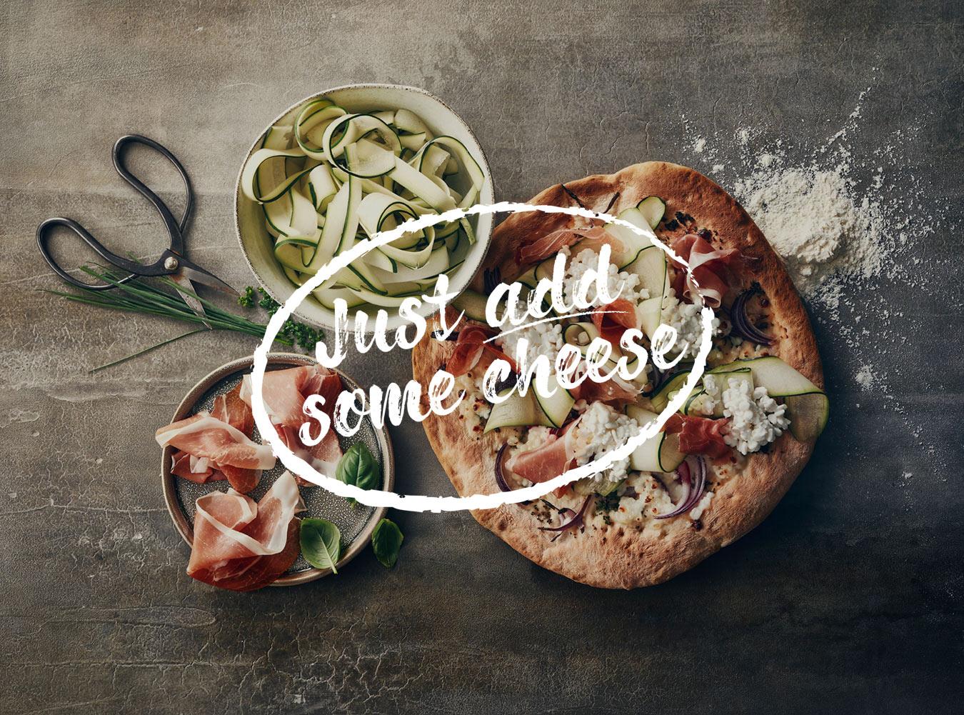 Pizza og ost går hånd i hånd. Men ved du hvilke oste, der egner sig bedst til pizza? Og hvornår osten skal på, når du bager pizzaen? Se svarene her.